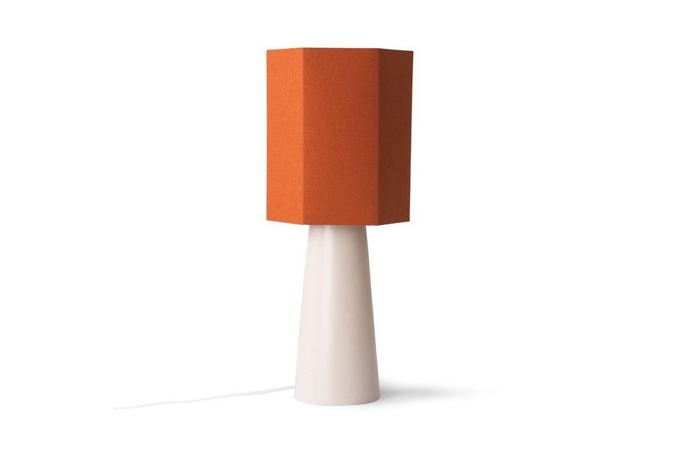 Sa forme géométrique et sa teinte très énergique en font un accessoire stylé