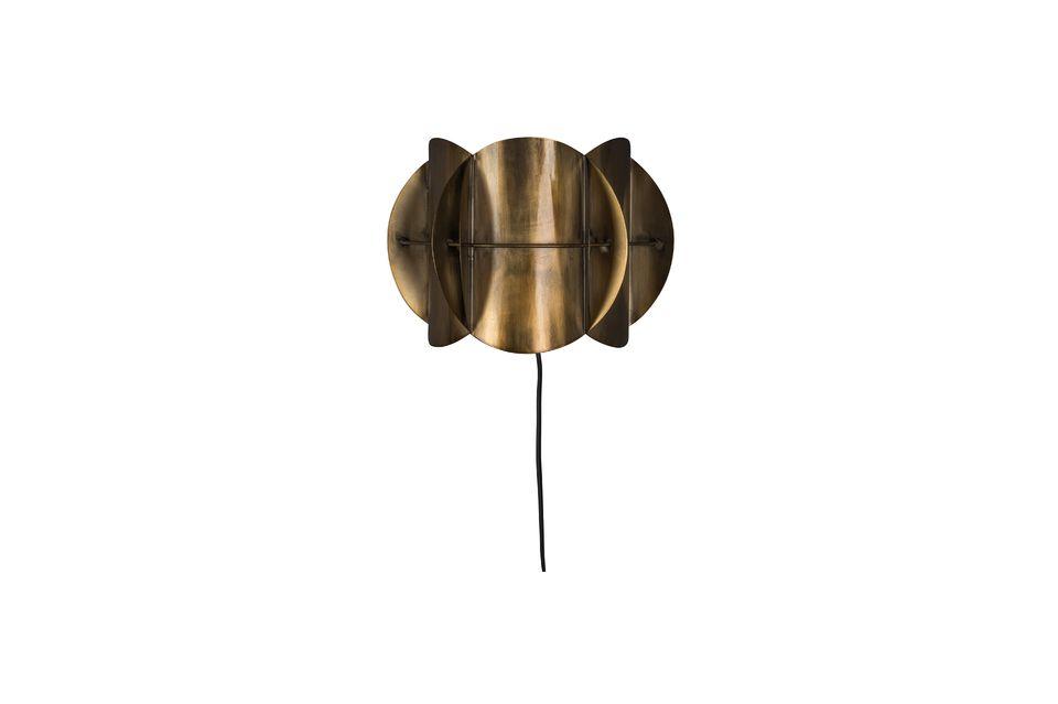 Agencement artistique de pièces en laiton vieilli, ce luminaire impose son caractère