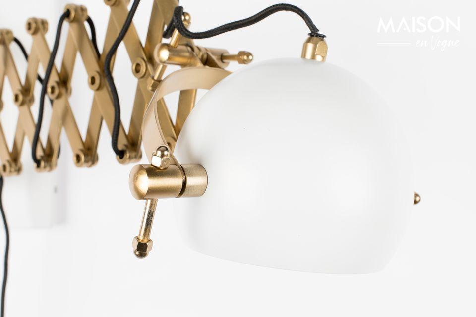 La particularité de cette belle applique ronde en fer laqué blanc perlé réside dans sa fixation