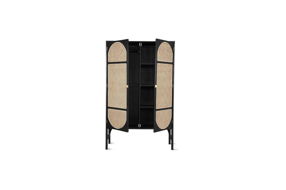 Élaborée à partir de bois de sunkai, cette armoire est très robuste