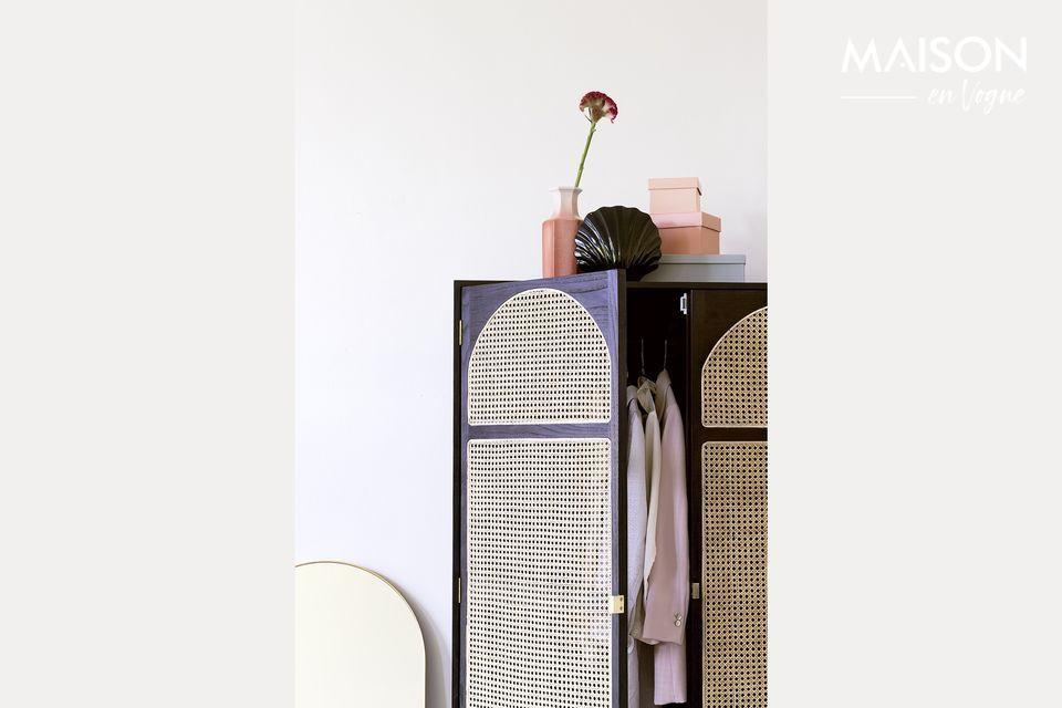 Une armoire à vêtements décorative et pratique