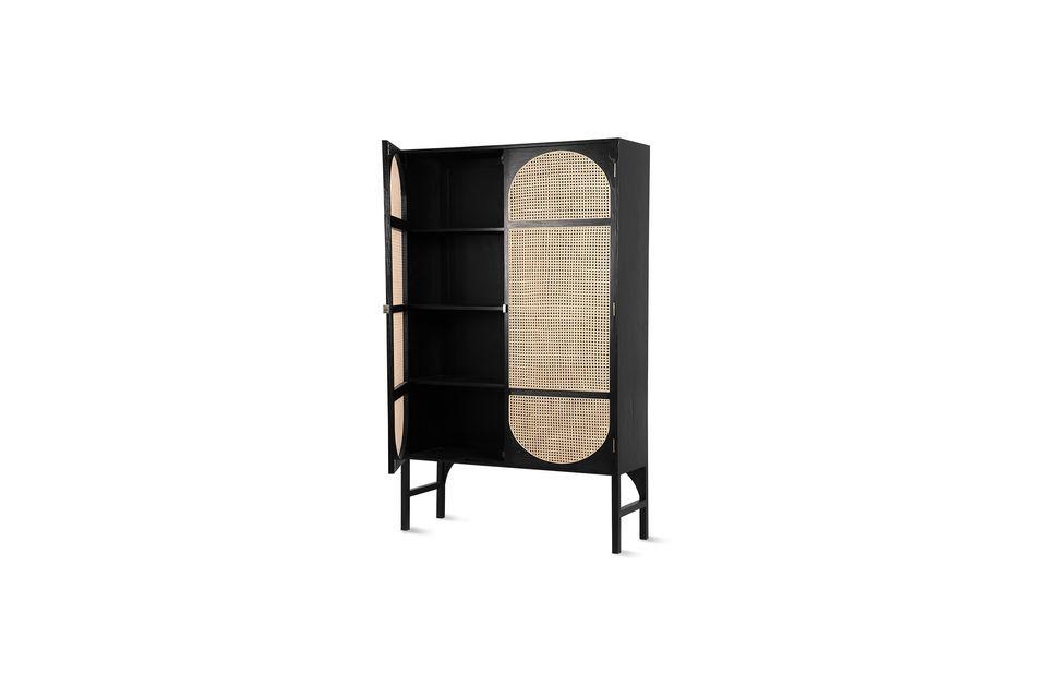 Cette armoire en bois noir et en rotin couleur naturelle est une invitation au voyage