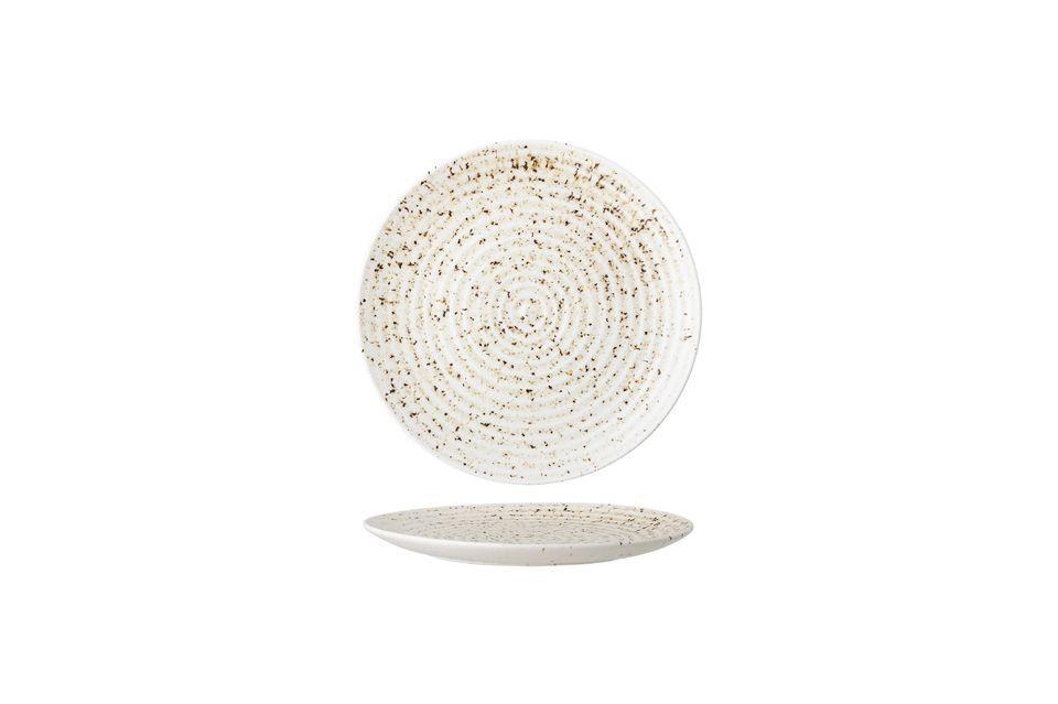 Cette assiette en grès fait le choix de coloris et de détails sobres pour sublimer l\'artisanat et