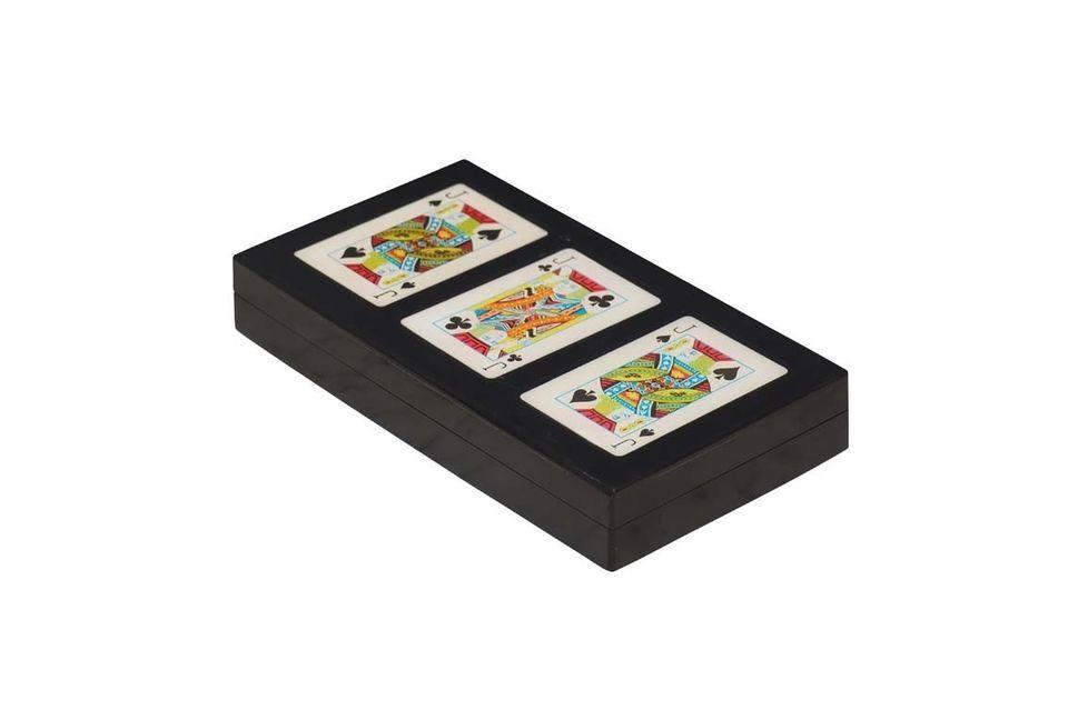 Pouvant contenir trois jeux de cartes
