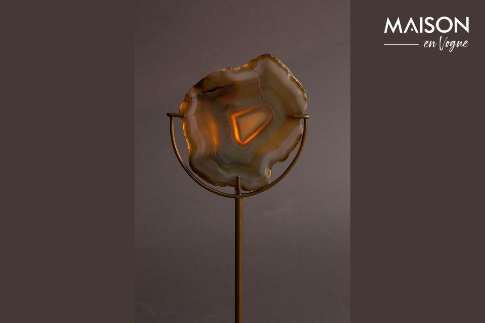 Il est présenté ici avec une pierre d\'agate jaune, sur un fin pied en fer de couleur laiton