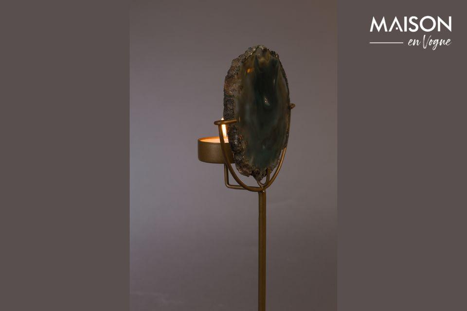 Une base en fer laquée laiton soutient cet objet pratique et naturel