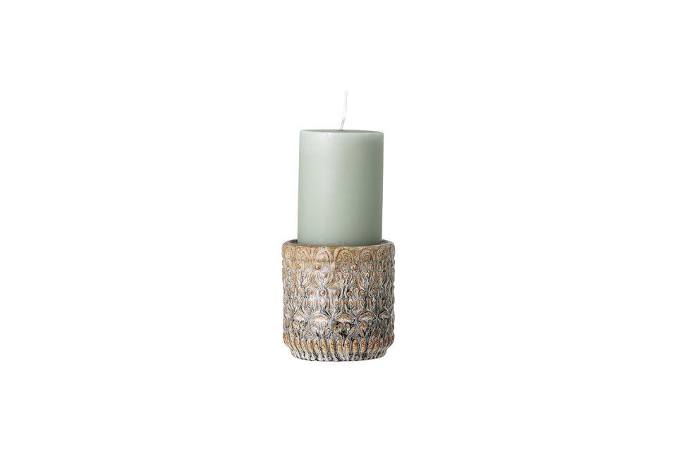 Il mesure 10cm de hauteur et un diamètre de 10cm, il est destiné à recevoir de grandes bougies