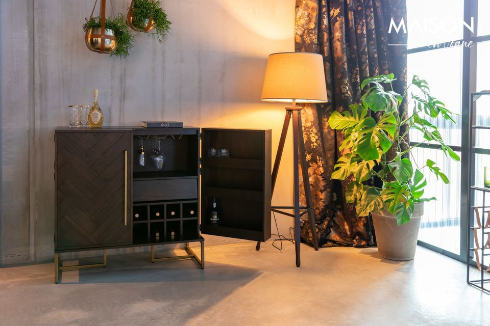 Paré d'un placage d'acacia raffiné, un meuble bien pensé pour ranger les crus d'exception