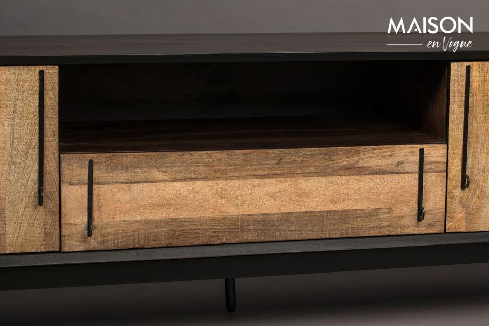 En façade, un subtil placage en bois de manguier fait contraste et attire la lumière