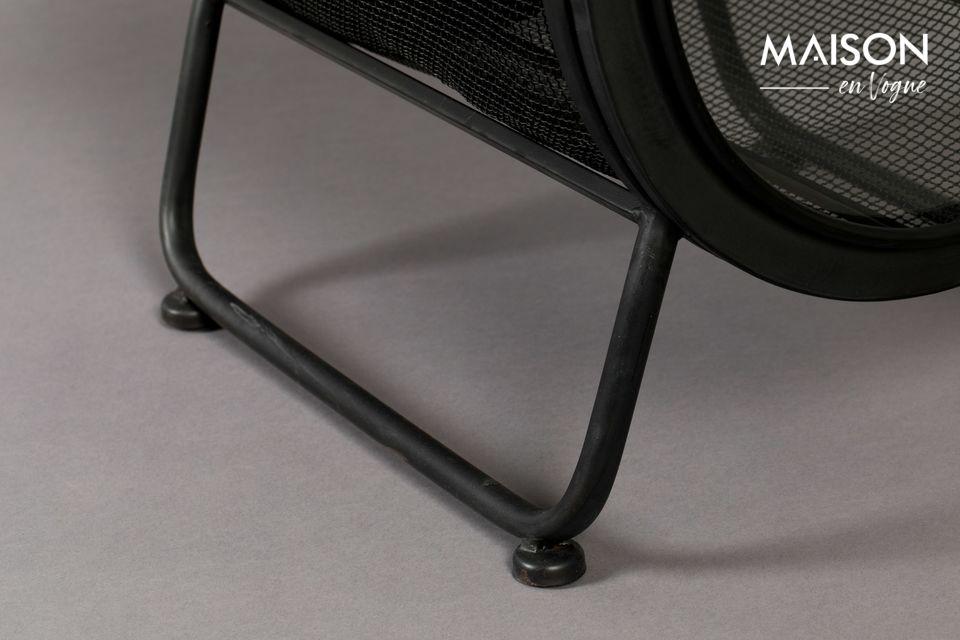 Le coffre ovale est posé sur des pieds à tube en fer laqué noir