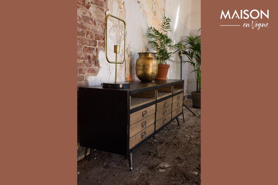 Un meuble de rangement de caractère, avec de nombreux tiroirs