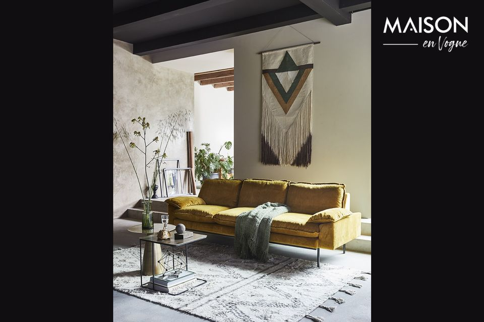 Le canapé Vez, long de 225 cm et large de 83 cm, offre une assise large et généreuse