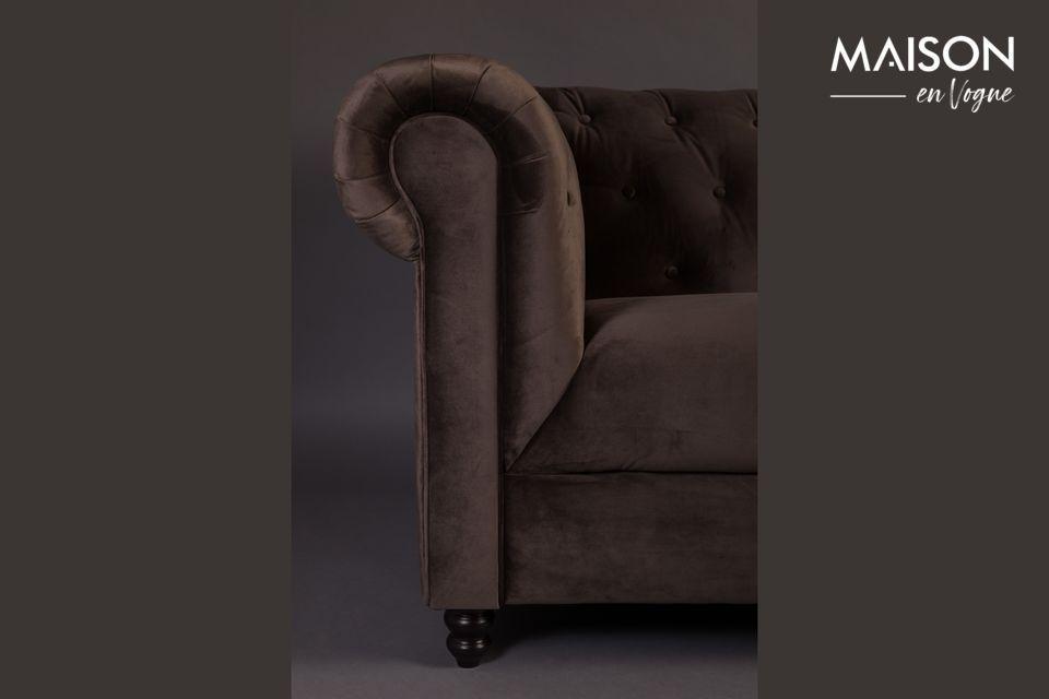 Un design emprunté au 18ème siècle et remis au goût du jour, pour ce majestueux canapé 3 places