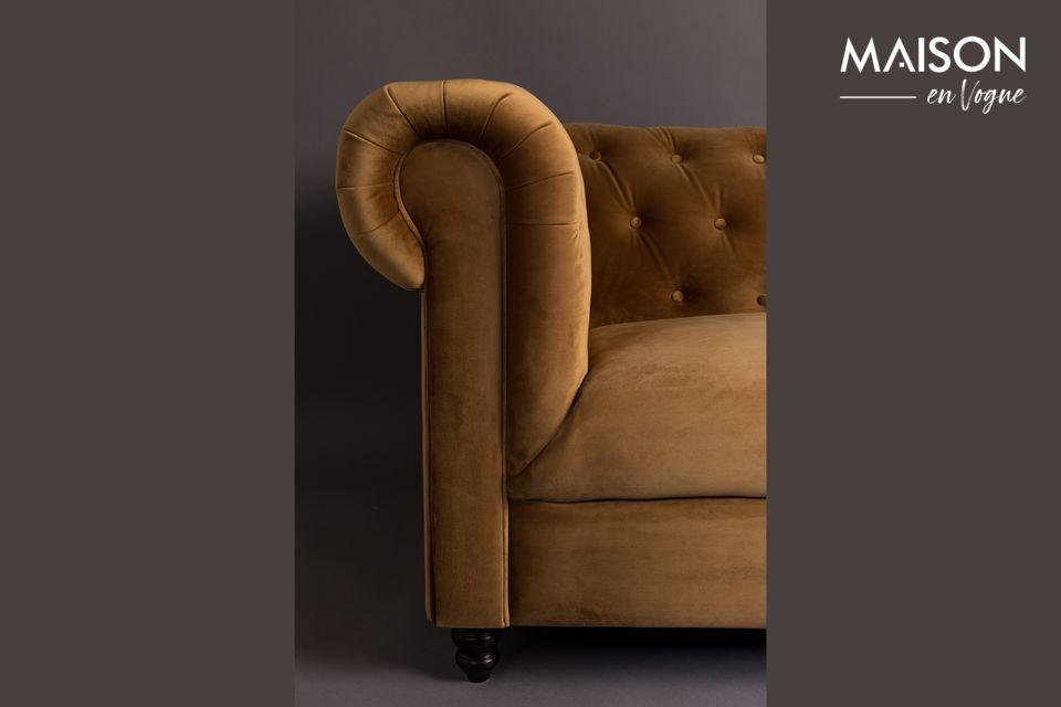 Le Canapé Chester en Velours Or Brun de la marque Dutchbone est inspiré du style du 18e siècle