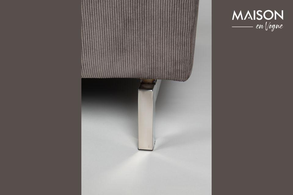 Ce look traditionnel est modernisé par des pieds en métal chromé