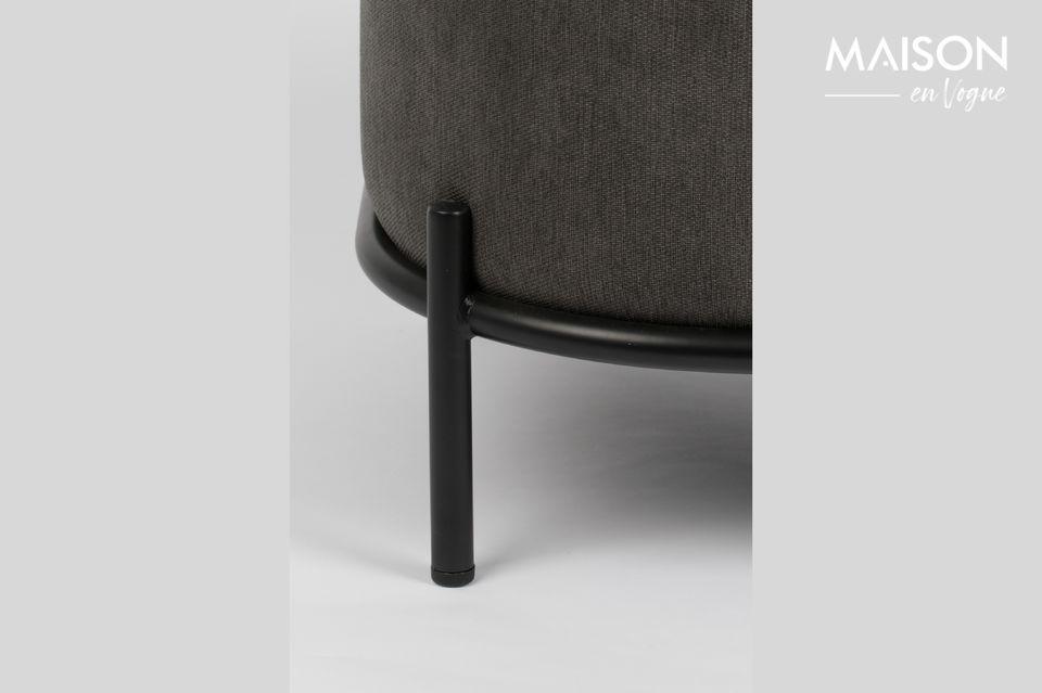 Avec une assise en contre plaqué rembourrée par de la mousse polyuréthane et recouvert d\'un