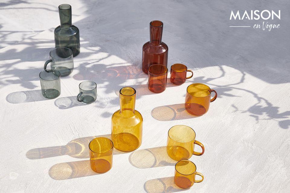 La teinte ambrée de la carafe et du verre Lasi accentue leur raffinement