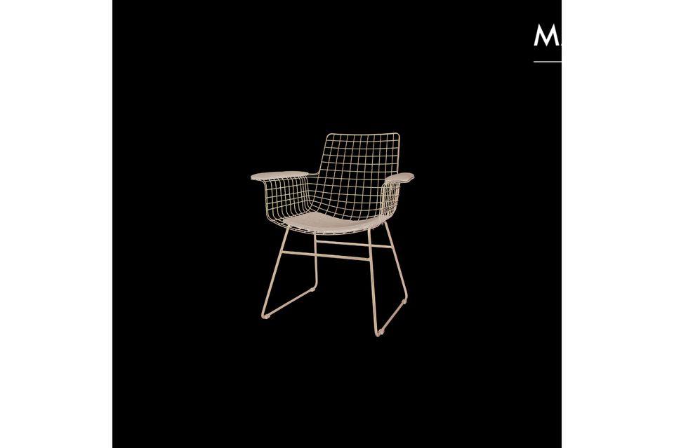 En métal et en plastique, la chaise Altorf s\'entretient aisément tout au long de l\'année