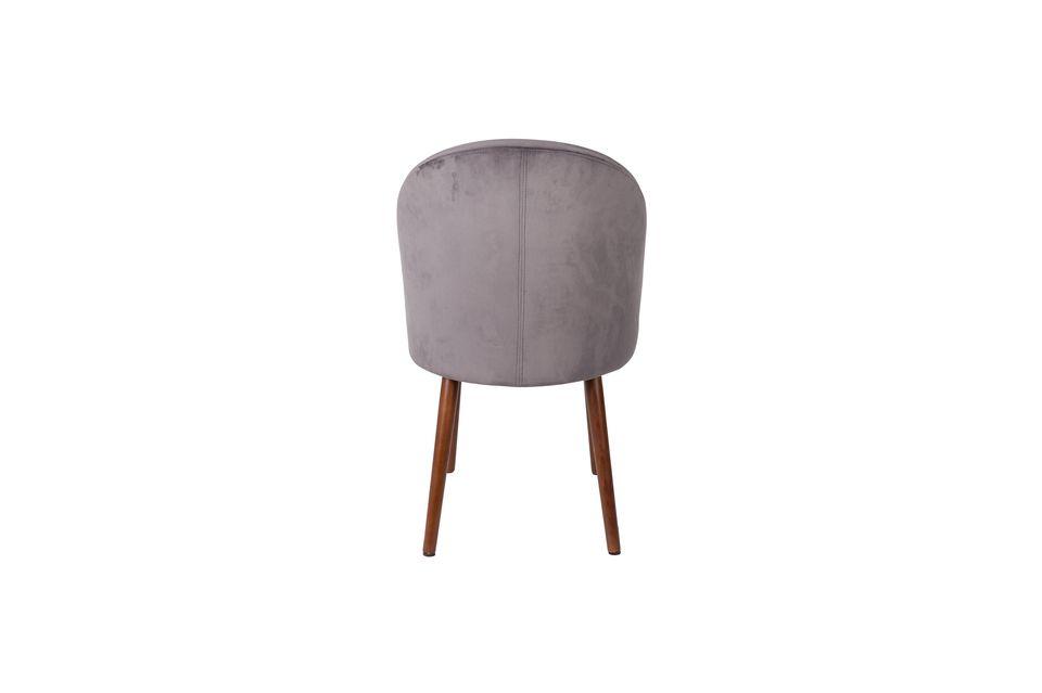Le velours gris légèrement satiné et ses formes exquises en font une très belle chaise qui fera