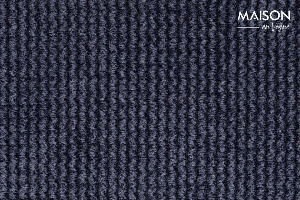 La chaise Benson Bleu Foncé semble afficher un design sobre et épuré avec son revêtement à la