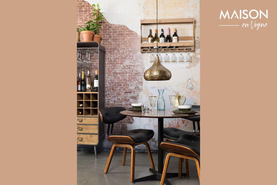 Cette jolie chaise au profil intéressant est largement inspirée du style des années 50