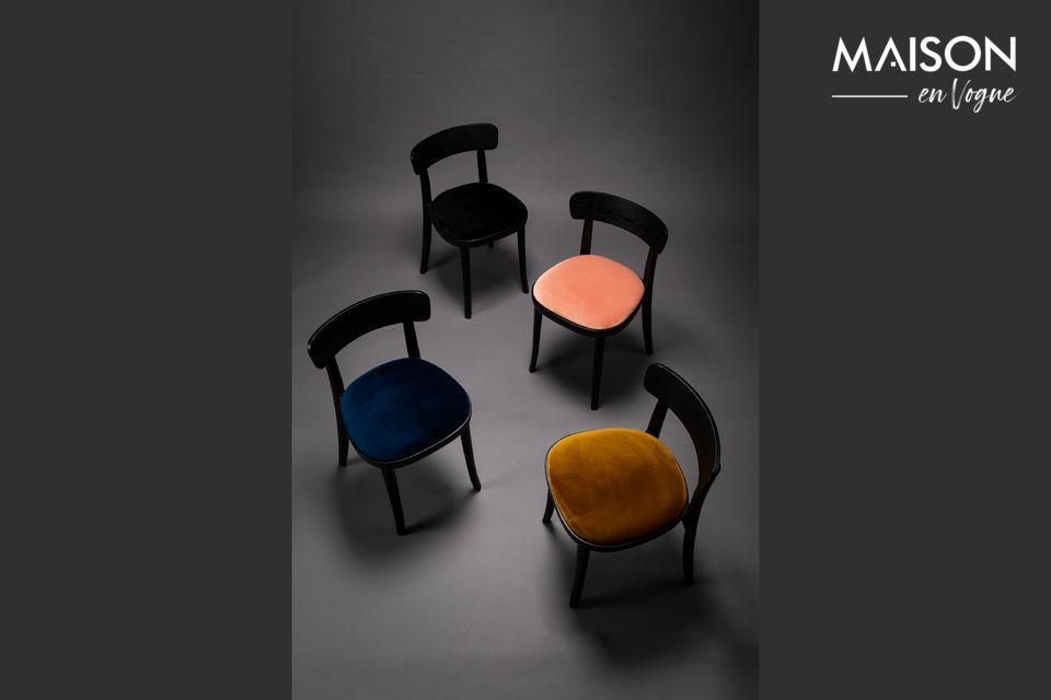 Une chaise en bois et velours