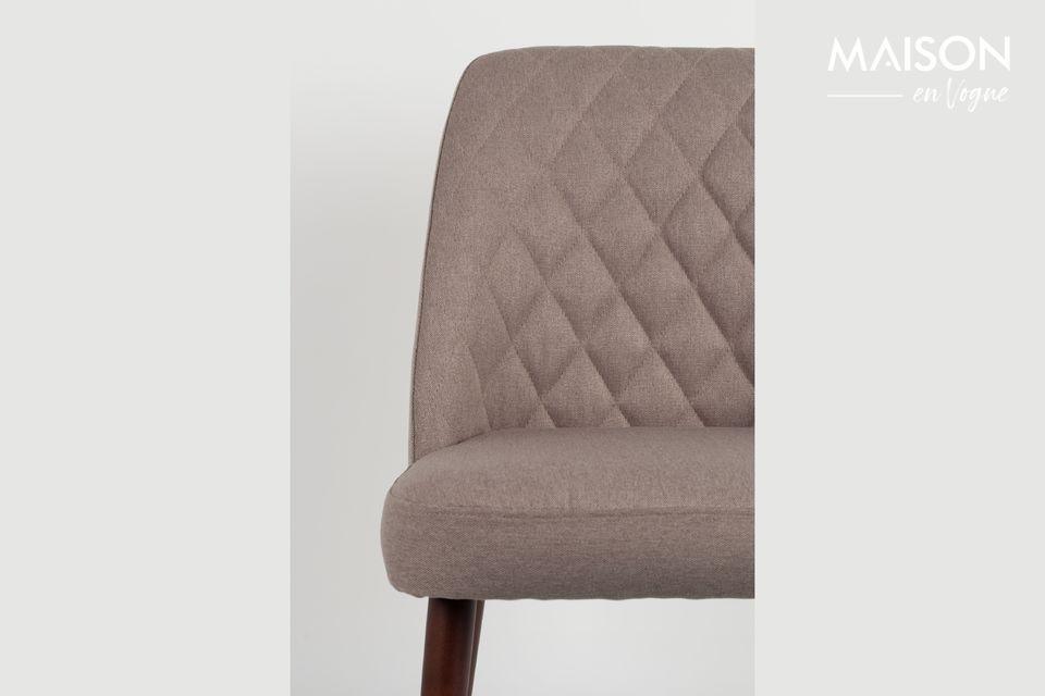 Une chaise à l'assise rembourrée et au design vintage