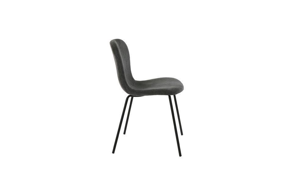 Une chaise en velours anthracite avec pieds en métal noirCette élégante chaise à la silhouette