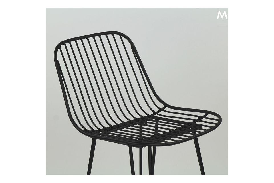 Une chaise métallique style bar