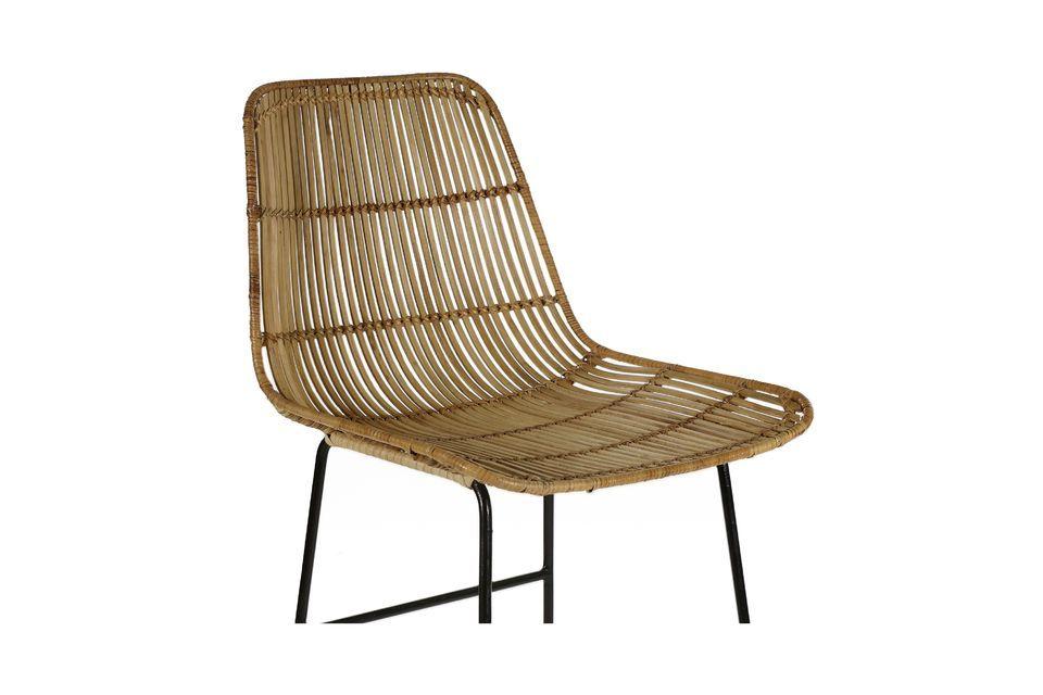 Une chaise de bar en rotin et métal au design contrasté