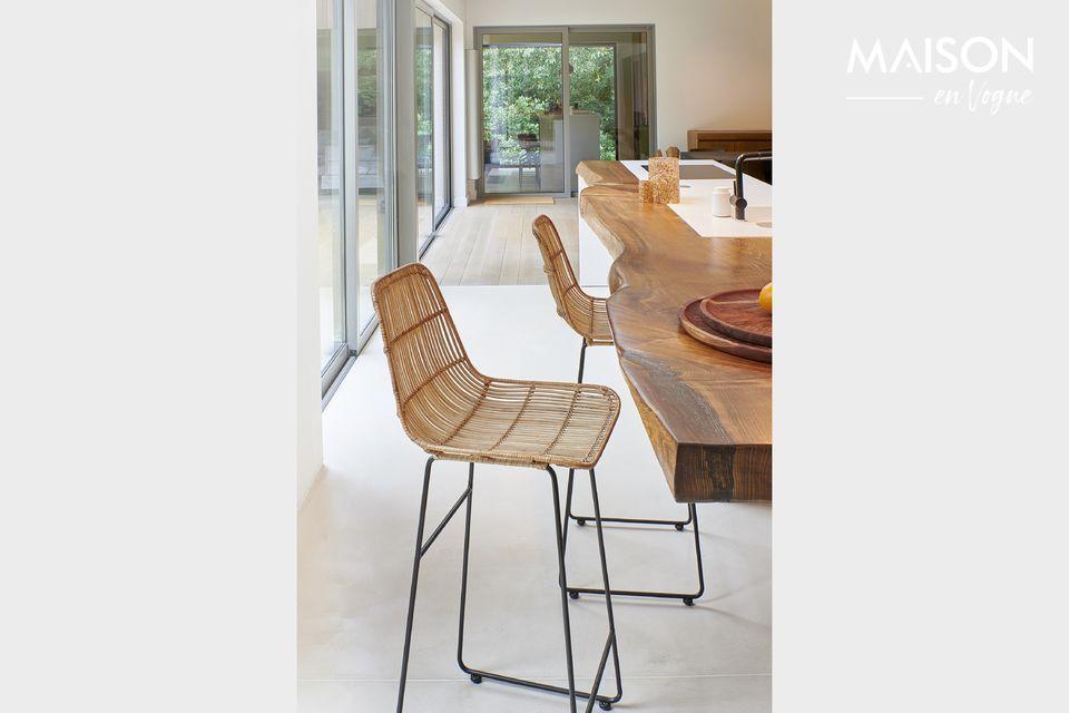 Pomax présente un modèle de chaise de bar avec dossier et assise en rotin