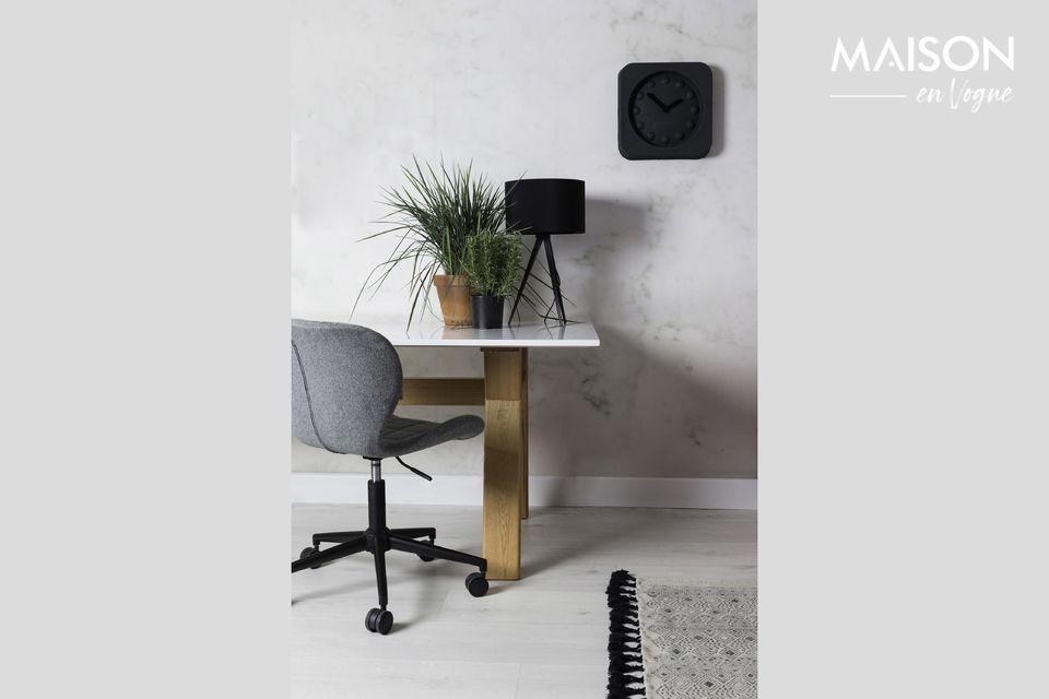 Une chaise de bureau élégante et confortable