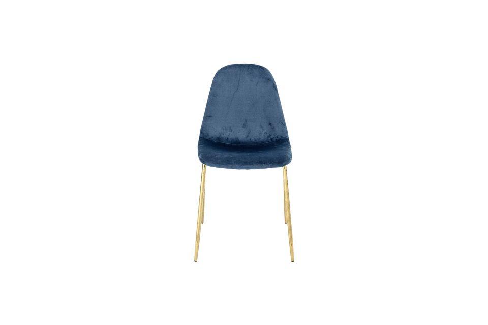 La combinaison du bleu et du doré confère à la chaise un caractère presque royal