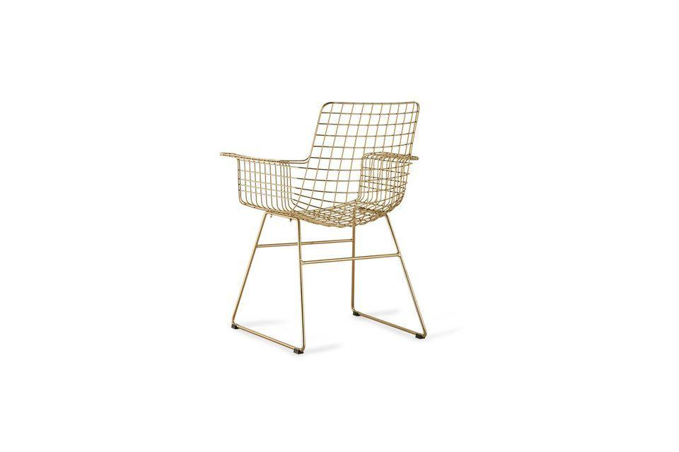 Conçu en laiton doré, ce fauteuil présente une structure en fils quadrillés
