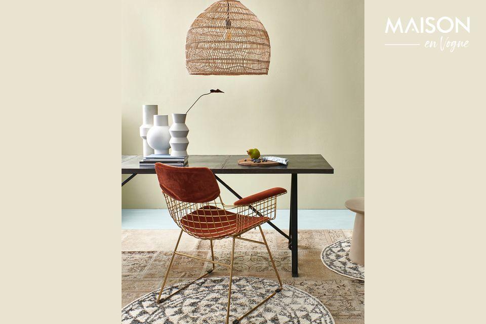 Un fauteuil en métal doré pour un style rétro