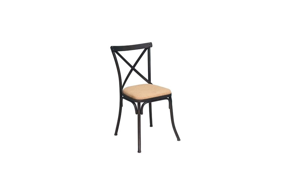 Cette jolie chaise style ancien possède une armature en fer laqué noir vieilli pour souligner le