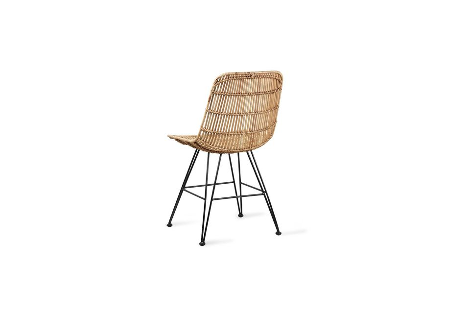 L\'assise et le dossier de cette chaise sont en rotin naturel