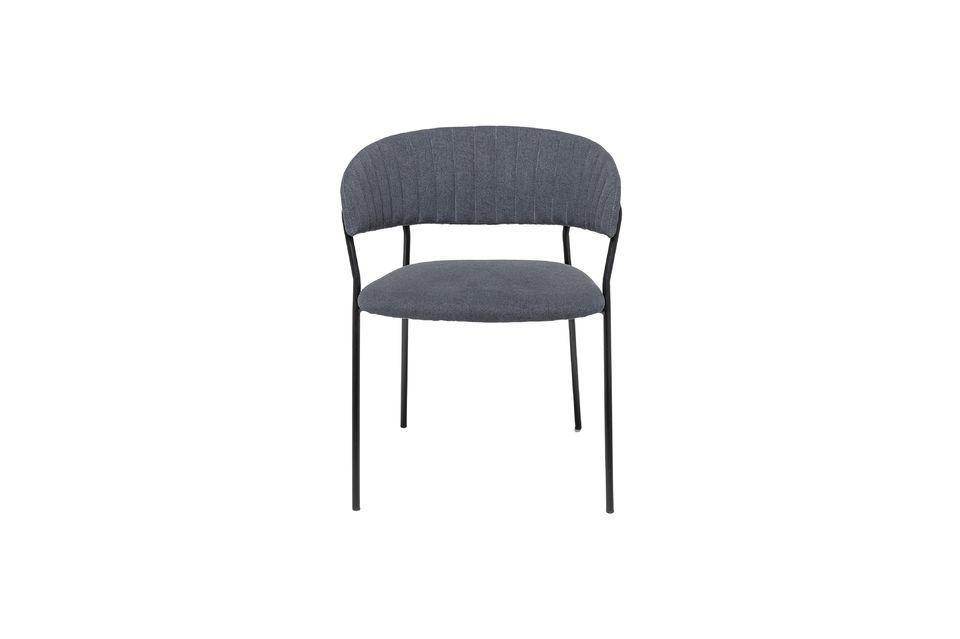 Une chaise à l'assise rembourrée dans un style nordique