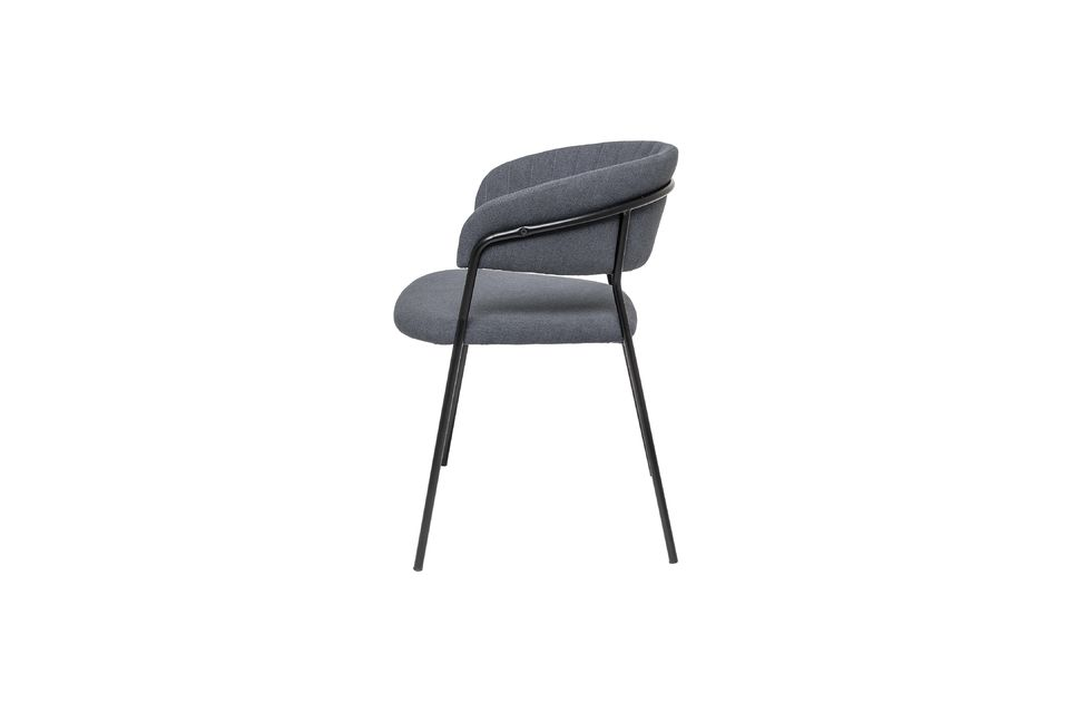 Cette chaise présente une structure légère de 5 kg, ce qui la rend très pratique à manipuler