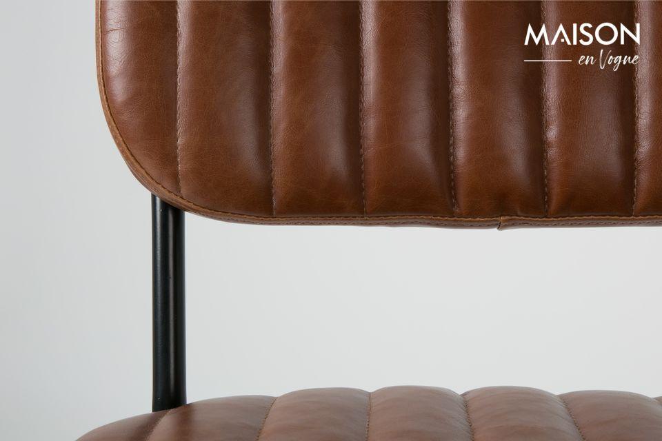 Cette chaise Jake Worn est conçue avec une structure en bois contreplaqué et des pieds en bois de