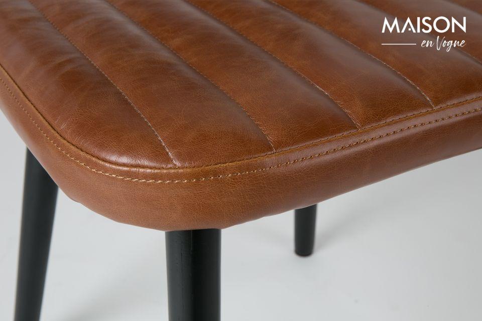Le design de ce modèle de chaise Jake Worn évoque un style vintage avec le dossier et coussin