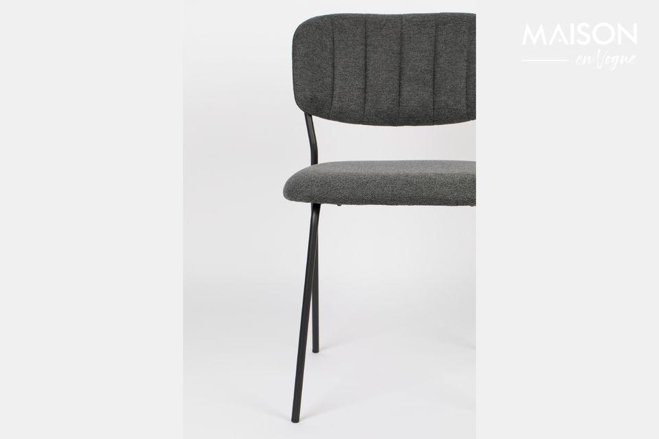 Une chaise élégante qui épouse les lignes du corps pour un confort optimal