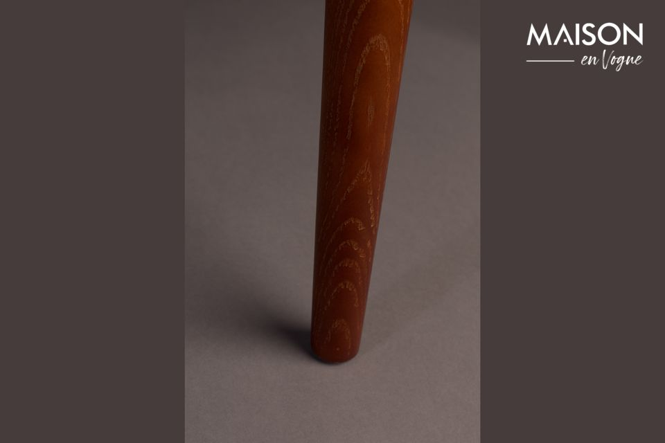 Cette chaise est inspirée du style colonial et présente une silhouette très élégante