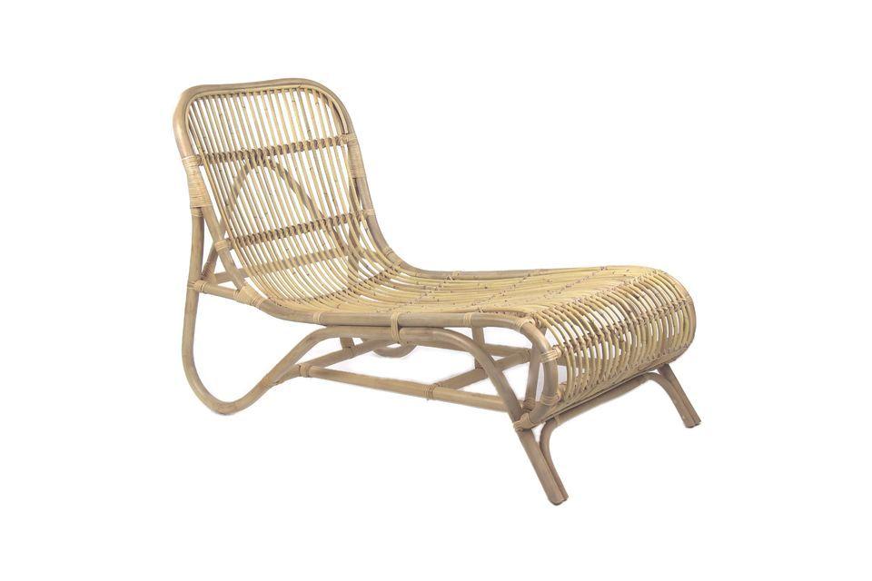 Cette jolie chaise longue invite au farniente et il sera difficile de résister à sa forme