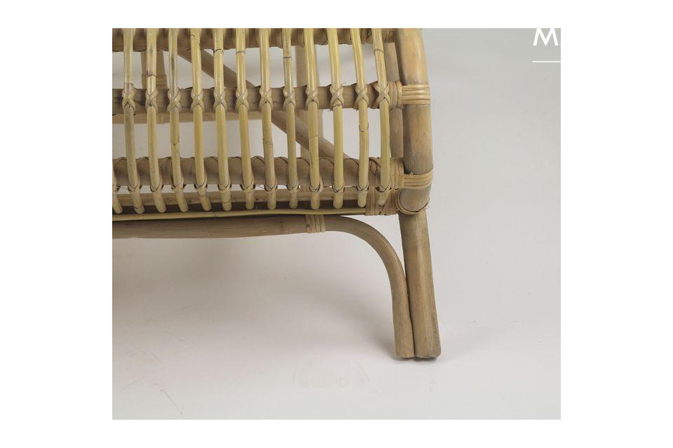 Le rotin est un matériau esthétique et léger qui est idéal sur une terrasse ou au bord d\'une