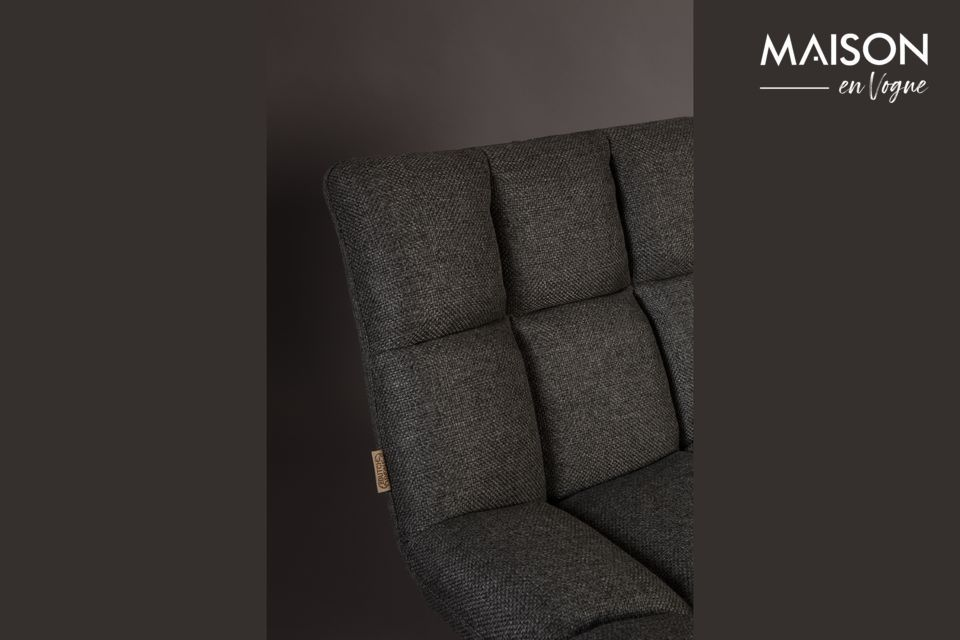 Les coussins épais de cette chaise lounge offrent une assise très confortable