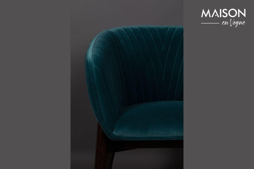 Cette couleur vive, couplée à une assise large et enveloppante, affirme son style art déco