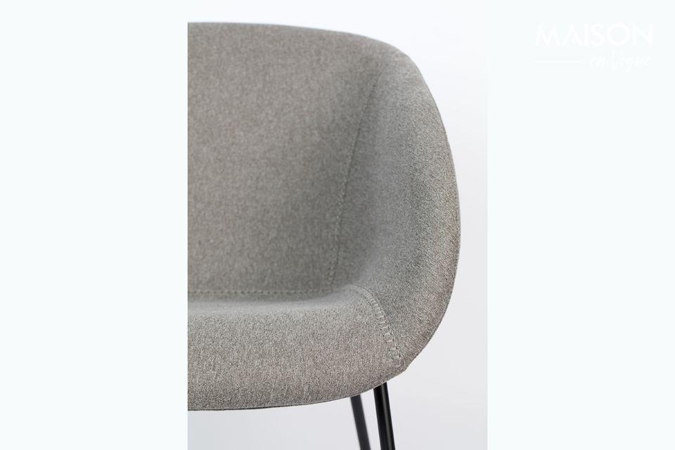 Avec ses lignes épurées, munie d\'accoudoirs, c\'est une chaise élégante