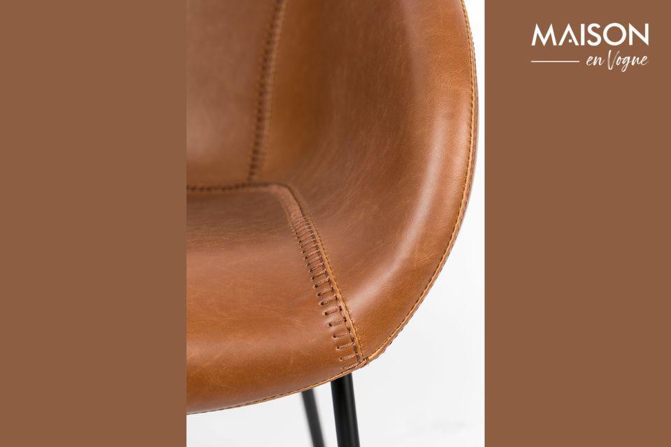 Les pieds en plastique assurent solidité et stabilité à la chaise