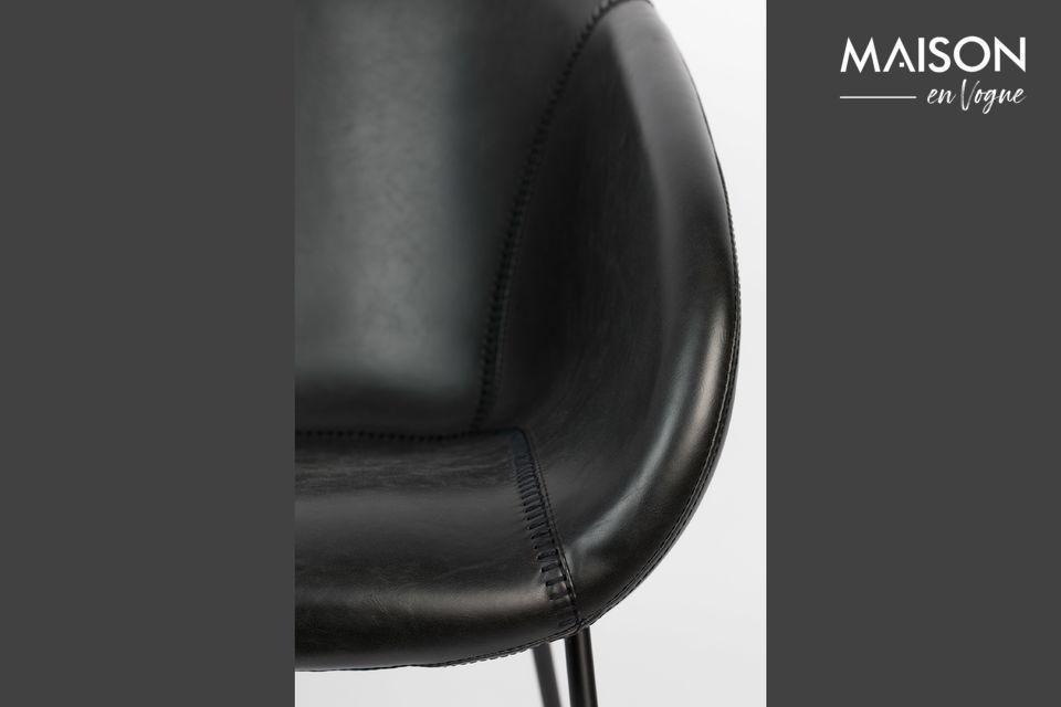 Son assise douce à l\'architecture enveloppante est décorée de surpiqûres imitant un gant de